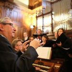 Andor Izsák dirigiert den Europäischen Synagogal-Chor in der Villa Seligmann in Hannover