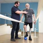 Mobilitätsübung – auf eigenen Beinen dank technischer Unterstützung – John+Bamberg, Hannover