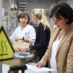 Businessaufnahmen bei der B. u. W. Schmidt GmbH, einem Entwickler von Kunststofferzeugnissen für das Kranken- und Rettungswesen.